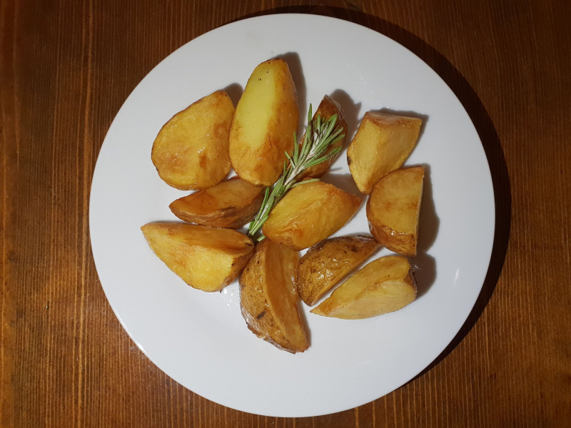 Baked homemade potatoes with garlic
